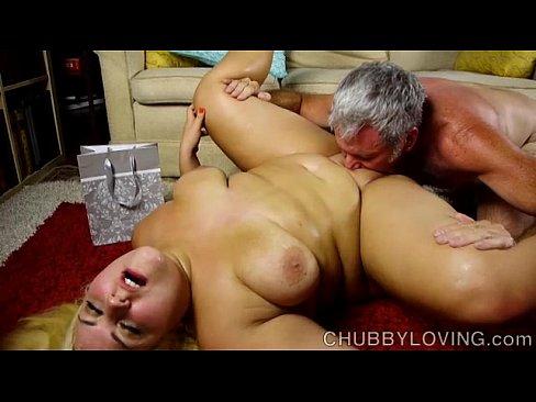 老婦人のウェット・カントは滑らかな肌をしています。