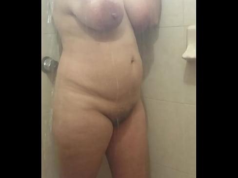 image Espiando a mi tetona prima en la ducha