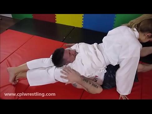 Judo Gil Gedemutigt Kleine Guy - Headscissor und Facesitting