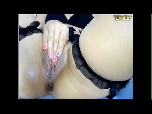 Girl masturbates til squirts