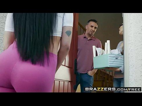 Brazzers - Reale Moglie Storie - Welcum Carro scena con protagonista Raven Bay e Keiran Lee