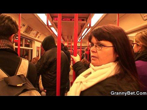 El recoge bella dama en el metro