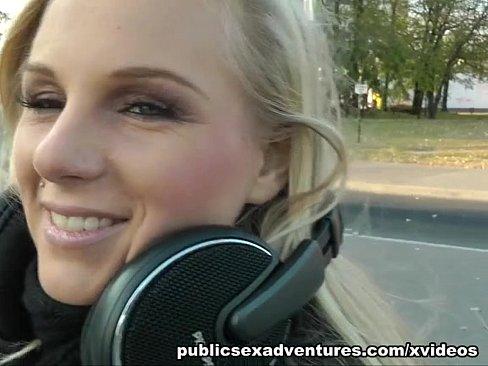 Rubia muchacha de partido ama follando al aire libre