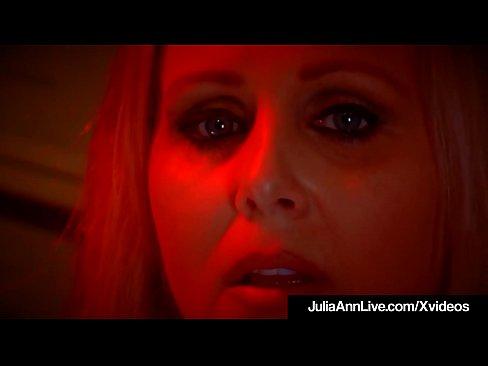 Rubia Tetona Milf Julia Ann envuelve sus preciosos labios alrededor de la polla dura POV mientras que fumar en un cig y lleva una grasa de carga de semen en su boca que ella escupe en el humo de ella para sacarlo! Puta caliente como el infierno! Ir Julia Ann!
