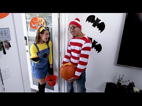 BANGBROS - Ca bhfuil Waldo? LOL Oga Evelin Cloch Faigheann se Amach!