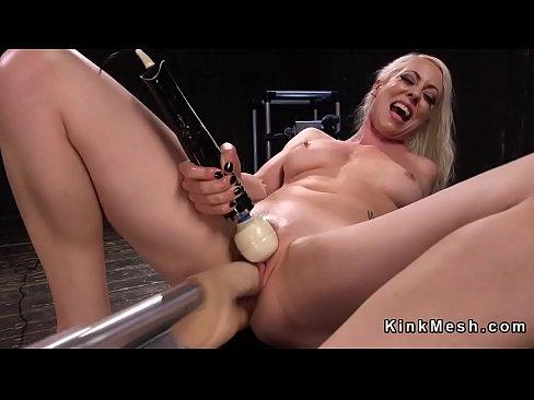 Naked fionne aonair faigheann meaisin fucking sa pussy fliuch