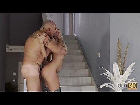 OLD4K. Dos amante de jovenes y viejos haciendo el amor en casa