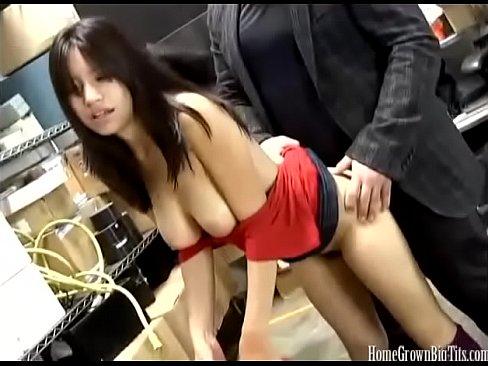 Asiatique amateur avec des gros seins baise au travail