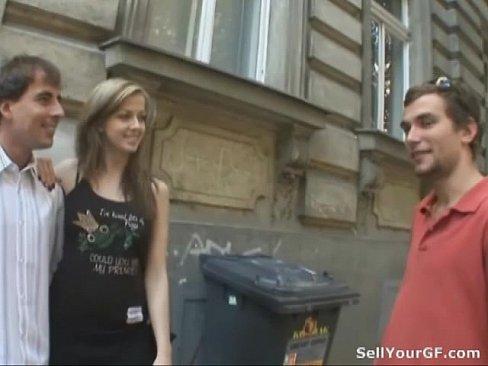 Er verkauft seine GF Abigaile Johnsohn Schokolade Loch zu einem fremden